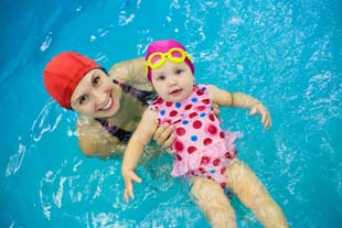 Buscando aula de natação para bebê?