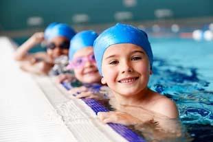 Aula de natação infantil: quando começar e quais os benefícios?